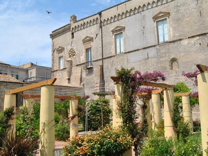 Palazzo-dAvalos-dai-Giardini-Napoletani-rit2